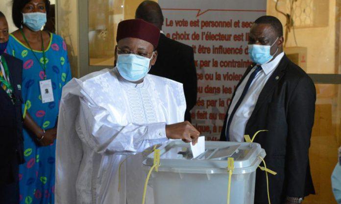 The outgoing Nigerien President Mahamadou Issoufou casts his vote at a polling station in Niamey, Niger, Feb. 21, 2021.(Photo: Xinhua)