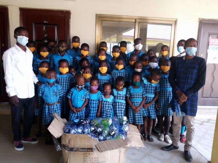 Regentropfen Foundation donates water bottles