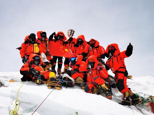 Surveyors pose for a group photo on the peak of Mount Qomolangma, May 27, 2020. (Photo/Xinhua)