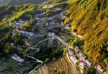 Photo taken on April 25, 2020 shows a beautiful view of a village in Gaohong Township, Hangzhou, east China's Zhejiang Province. (Photo by Sun Xinjian/People's Daily Online)