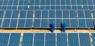 Technicians inspect and maintain photovoltaic panels in Yuli County, Bayingolin Mongol Autonomous Prefecture, northwest China's Xinjiang Uygur Autonomous Region, Feb. 25, 2021. (Photo by Chang Xuehui/People's Daily Online)