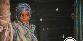A girl stands at the door to her shelter in Ma'rib, the governorate hosting the largest number of displaced people in Yemen. Photo: IOM 2020