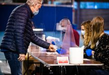 15 March 2021, Netherlands, Eindhoven: A voter casts his ballot at a polling station during the 2021 Dutch general election. Due to the coronavirus pandemic, the parliamentary elections will take place over a total of three days for the first time. Photo: Rob Engelaar/ANP/dpa