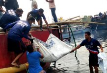 Rescuers retrieve bodies of victims following a ferry accident in Narayanganj, Bangladesh, April 5, 2021. The death toll of Sunday's ferry sinking in the Shitalakkhya River near Bangladesh's capital Dhaka has risen to 26 Monday afternoon, after another 21 bodies were retrieved, an official said. (Xinhua)