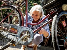FILED - Like brushing your teeth, cleaning your bike's chain is something you just have to get into the habit of doing. An old sock is often the best tool. Photo: Christin Klose/dpa