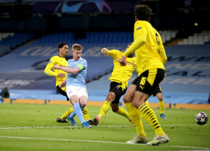 Manchester City's Kevin De Bruyne (2nd L) scores their side's first goal of the game during the UEFA Champions League quarter-final first leg soccer match between Manchester City and Borussia Dortmund at the Etihad Stadium. Photo: Nick Potts/PA Wire/dpa