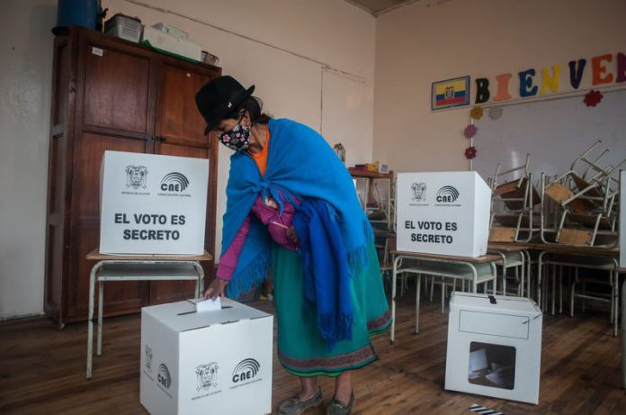 11 April 2021, Ecuador, Quito: A woman from the indigenous community casts her vote at a polling station in Jose Antonio Vallejo educational unit during Ecuador's presidential run-off vote. Conservative banker Guillermo Lasso has got to 52.52 per cent of the vote with almost all votes counted, while left-wing candidate Andres Arauz received 47.48 per cent of the vote, the electoral office announced late Sunday. Photo: Juan Diego Montenegro/SOPA Images via ZUMA Wire/dpa
