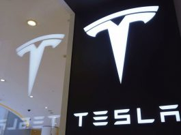 FILED - April 21, 2020, Hangzhou, Hangzhou, China: ZhejiangCHINA-Customers buy electric cars at a tesla store in hangzhou, east China's zhejiang province, April 21, 2020...On the same day, tesla began to broadcast live activities on an e-commerce platform for eight days in a row. During the broadcast, tesla will give out rights such as children's electric car, 48-hour test drive right of Model 3 and charging coupon. This is tesla's latest move after it announced last week that it would open an official flagship store in a Chinese e-commerce platform...It is understood that due to the impact of COVID 19 epidemic on offline consumption, tesla has maintained the popularity with users through online live broadcasting since February this year. Some auto industry experts said that at present, the global enterprise digitization process is accelerating comprehensively, tesla cooperated with the third-party e-commerce platform, which will increase tesla's touch points in the e-commerce digital market. (Credit Image: © SIPA Asia via ZUMA Wire Photo: Longwei/SIPA Asia via ZUMA Wire/dpa