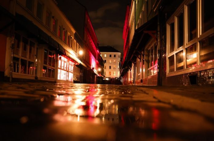 The legendary Herbertstrasse in Hamburg's red-light district on the Reeperbahn in St. Pauli - once bright and busling, now empty and dark. Photo: Christian Charisius/dpa