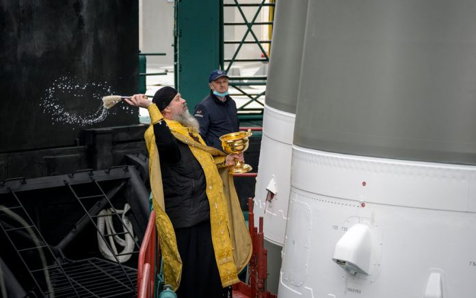 HANDOUT - Father Sergei, a Russian Orthodox priest, blesses a Soyuz rocket on Thursday, a day before its launch from Kazakhstan to rendezvous with the International Space Station. The capsule, carrying three astronauts, took off successfully from the Baikonur spaceport on Friday. Photo: Bill Ingalls/NASA/dpa - ATTENTION: editorial use only and only if the credit mentioned above is referenced in full