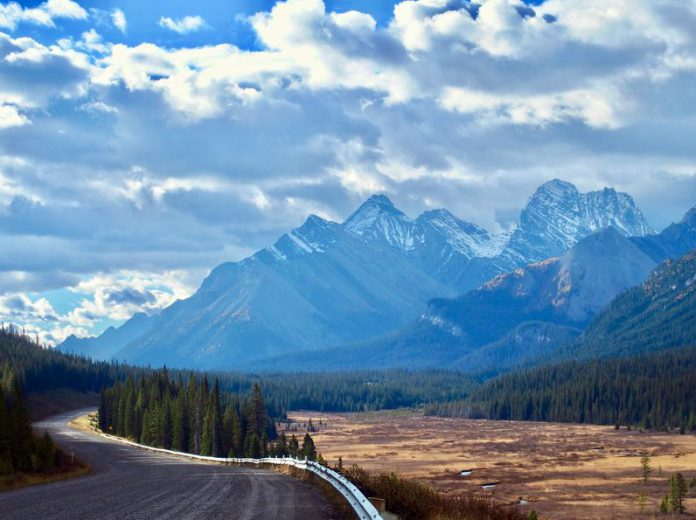 FILED - The fabulous mountain scenery of the Rocky Mountains can be experienced on the Smith-Dorrien Trail with less traffic than elsewhere. Photo: Ole Helmhausen/dpa