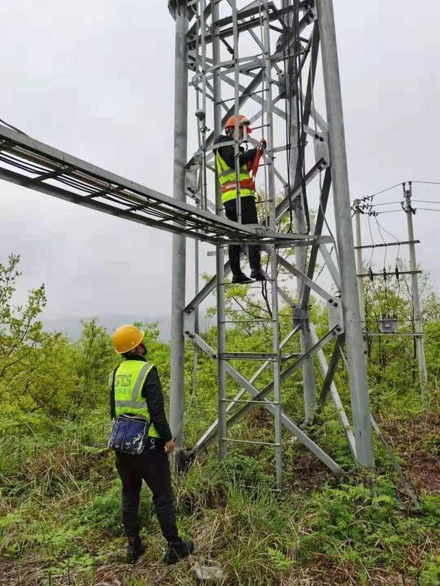 Staff members of the branch of China Mobile Group Guizhou Co., Ltd. in Bailidujuan administrative district, Bijie city, southwest China's Guizhou province, examine and repair a base station in Butang villagers' group, Gamu neighborhood of the administrative district. (Photo/Branch of China Mobile Group Guizhou Co., Ltd. in Bailidujuan administrative district)