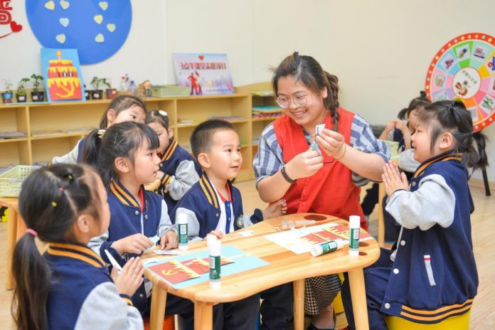 Children learn to make DIY paintings at a children's home in a community of Taihu neighborhood, Changxing county, Huzhou, east China's Zhejiang province, April 29, 2021. (Photo by Wu Zheng/People's Daily Online)