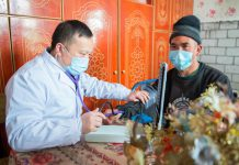A doctor from Shaoxing, east China's Zhejiang province, volunteers to provide medical examination for villagers in Aybagh township, Awat county, Aksu prefecture, northwest China's Xinjiang Uygur autonomous region, March 13, 2021. (Photo by Bao Liangting/People's Daily Online)