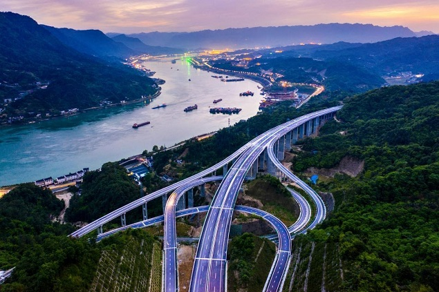 Photo taken on April 28, 2021 shows an expressway that crosses the Three Gorges Dam in central China's Hubei province. The expressway, which has been recently completed, is scheduled to open to traffic on July 1 this year. (Photo by Zheng Kun/People's Daily Online)