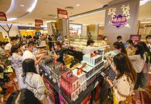 Photo taken on May 2, 2021, shows tourists shopping at a duty-free store in Riyue Plaza of Haikou city, capital of south China's Hainan province. (Photo by Wang Chenglong/People's Daily Online)
