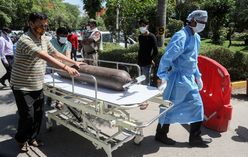 FILED - Health care workers rush with an oxygen cylinder on a stretcher at Jaipur Golden hospital where at least 25 Covid-19 patient passed away the previous night due to shortage of medical oxygen. India registered 349,691 fresh coronavirus cases on Sunday, a new global record for infections on a single day, with the pandemic pushing the healthcare system to the brink and hospitals reporting deaths due to a shortage of medical oxygen. Photo: Naveen Sharma/SOPA Images via ZUMA Wire/dpa