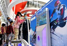 A primary school student experiences virtual skiing events of the Beijing 2022 Olympic Winter Games at the 4th Digital China Summit & Exhibition in Fuzhou, southeast China's Fujian province, April 26, 2021. (Photo by Chen Bin/People's Daily Online)