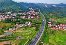 Photo taken on May 12, 2021 shows the Xiamen-Chengdu expressway crossing Huichang county, Ganzhou city of east China's Jiangxi province like a beautiful ribbon winding its way between green mountains and villages. (Photo by Zhu Haipeng/People's Daily Online)