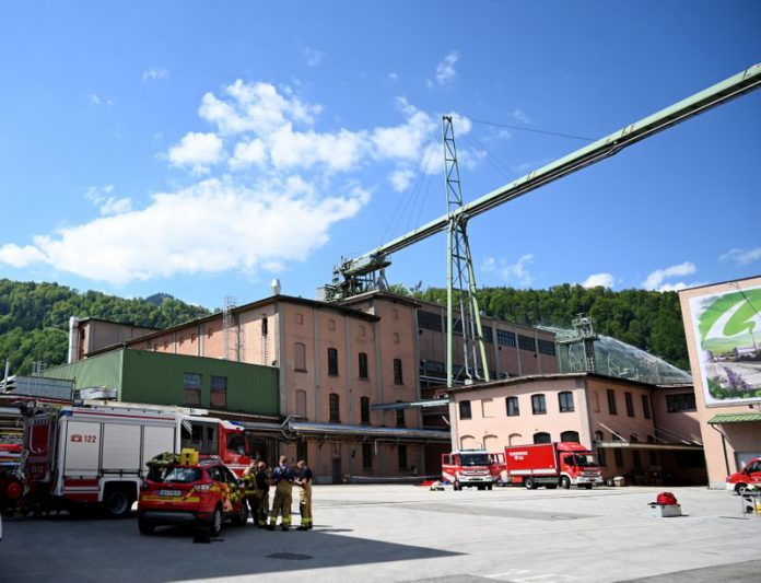 02 June 2021, Austria, Hallein: Firefighters stand in front of the Austrocel factory building. One man has been confirmed dead after a chemical accident at the Austrian factory on the border with the German state of Bavaria. After the leak of sulphur dioxide in the morning hours, the worker died at the scene of the accident, the Austrocel Hallein pulp mill said in a statement on Wednesday. Photo: Barbara Gindl/APA/dpa