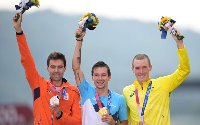 28 July 2021, Japan, Oyama: (L-R)Solvenia's gold medallist Primoz Roglic, Netherlands' silver medallist Tom Dumoulin and Australia's bronze medallist Rohan Dennis, celebrate during the medal ceremony of the men's Cycling Individual Time Trial, 44.20km at Fuji International Speedway, during the Tokyo 2020 Olympic Games. Photo: Sebastian Gollnow/dpa