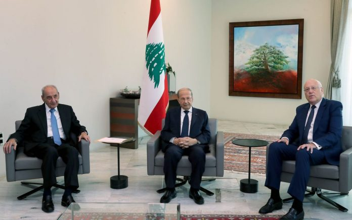 HANDOUT - 26 July 2021, Lebanon, Baabda: Lebanese President Michel Aoun (C) holds a meeting with Lebanese House Speaker Nabih Berri (L) and former premier Najib Mikati at the Baabda Palace. Aoun designated Mikati as the newpremierto deal with the country's economic hardships Photo: -/Dalati & Nohra/dpa - ATTENTION: editorial use only and only if the credit mentioned above is referenced in full