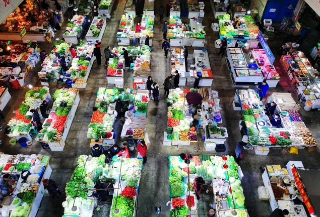 Photo taken on the morning of Jan. 19, 2020, shows a clean and well-ordered vegetable market with a rich variety of products in a community of Wansheng economic development zone in southwest China's Chongqing municipality. (Photo by Cao Yonglong/People's Daily Online)