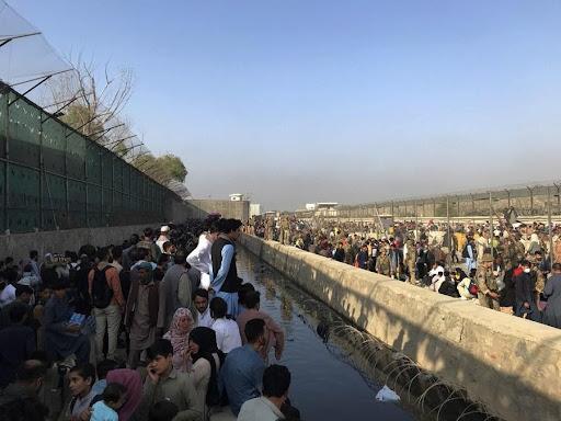 Afghans gather near a gate of Kabul airport in Kabul, Afghanistan, Aug. 22, 2021. (Xinhua/Rahmatullah Alizadah)